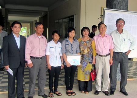Hai em Hoài và Thảo làm thủ tục nhập học.