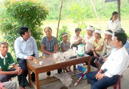 Lãnh đạo huyện Quỳnh Lưu cùng đông đảo bà con xã Quỳnh Trang đến chia sẻ cùng gia đình ông Bình.