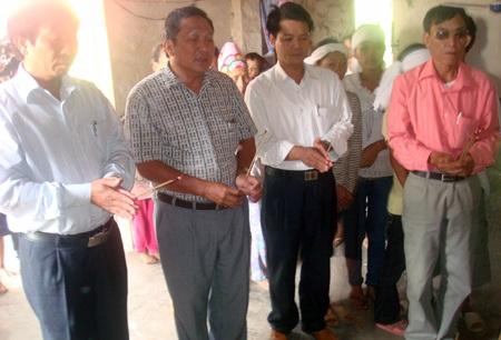 Lãnh đạo huyện Quỳnh Lưu thắp hương chia sẻ nỗi đau cho người quá cố.
