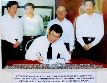 Chủ tịch nước Trương Tấn Sang ghi lưu bút tại Khu di tích Truông Bồn.