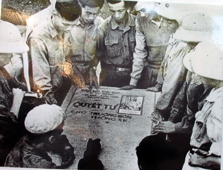 Bộ đội và TNXP họp bàn phương án bảo vệ Truông Bồn.