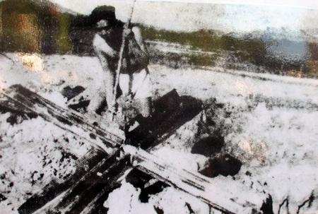 Cắm tiêu đánh dấu chuẩn bị phá bom từ trường tại trọng điểm Truông Bồn năm 1968.