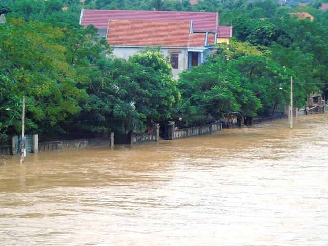 Nhiều làng mạc ở dọc sông Gianh của 2 huyện Tuyên Hóa và Quảng Trạch (Quảng Bình) đang bị nước lũ nhấn chìm trong ngày hôm nay 31/10 (Ảnh: Đặng Tài).