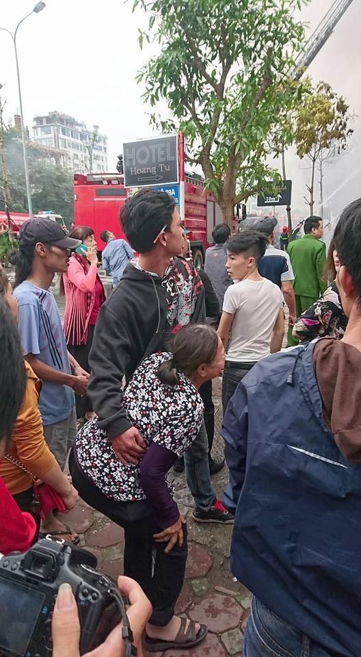 Bà Hà khóc chết lặng tại hiện trường khi không thể liên lạc với người cháu trai mà bà cho rằng đang mắc kẹt tại quán karaoke số 68.
