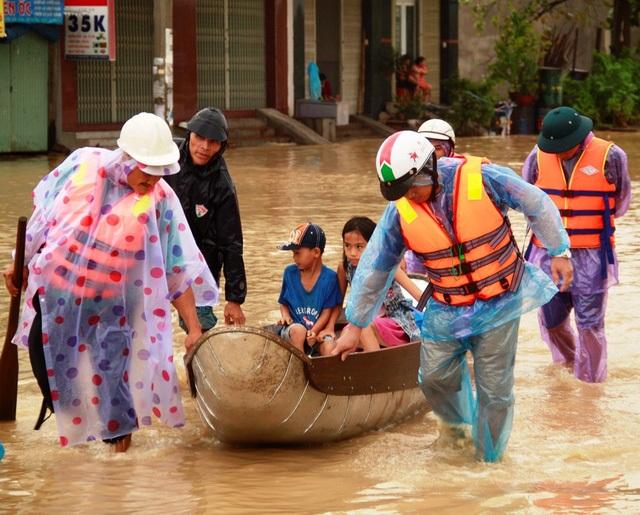 Đưa trẻ em phường Trần Quang Diệu (TP Quy Nhơn) đến nơi an toàn, trong chiều 3/11 (Ảnh: Doãn Công).