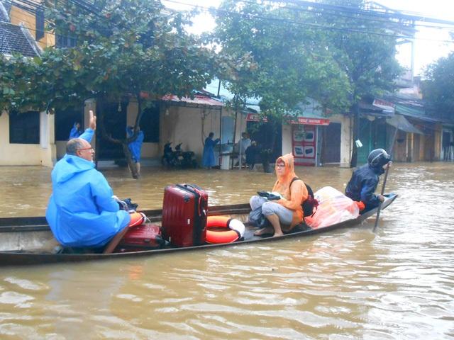 Nước tiếp tục dâng cao trong ngày 15/12 khiến Hội An ngập lụt trên diện rộng (Ảnh: Công Bính).