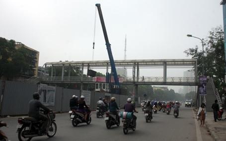 Cầu bộ hành trên đường Nguyễn Chí Thanh phải tháo dỡ (Ảnh: Trúc Linh)