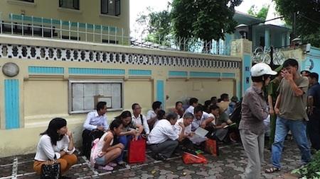 Người dân chờ đợi làm thủ tục xin cấp thị thực tại ĐSQ Cộng hoà Séc ở Hà Nội
