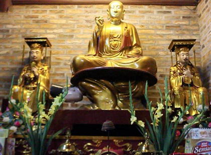 Bức tượng Phật ngồi trên lưng vua ở chùa Hoè Nhai