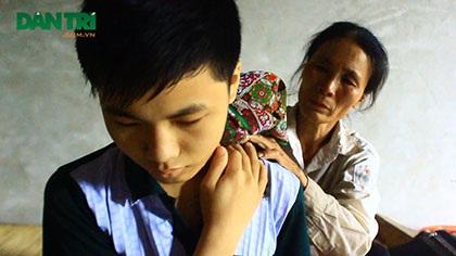Hàng ngày, chị Thành vẫn phải dùng cám rang nóng chườm cho con đỡ đau