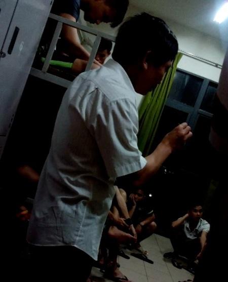 Ông Dương Văn Đoàn nói chuyện với các sinh viên tại nhà máy Foxconn