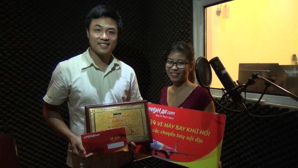 Tác giả Nguyễn Hồng Hạnh nhận (đoạt giải nhất) nhận biểu trưng, giấy chứng nhận và quà