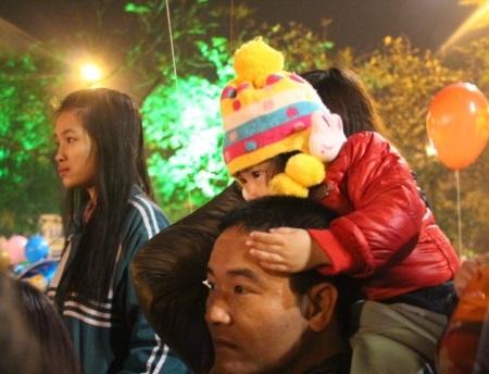 Những em bé cũng được bố mẹ cõng trên lưng để hòa mình vào không khí chào đón năm mới của cả nước