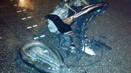Một chiếc xe máy bị biến dạng sau tai nạn