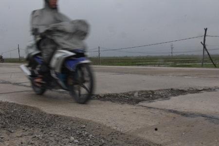 Các phương tiên đang lưu thông trên đường phải đột ngột lách tránh, rất nguy hiểm.