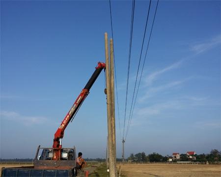 Các cơ quan chức năng tiến hành tháo dỡ cột điện vi phạm