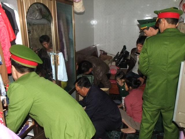 Lực lượng chức năng khám xét chỗ ở của Lê Thị Huyền