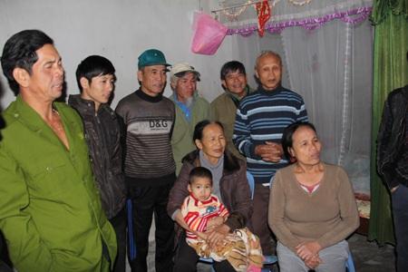 Bà con xóm giềng cùng xem thông tin gải cứu và chúc mừng gia đình ông Tý