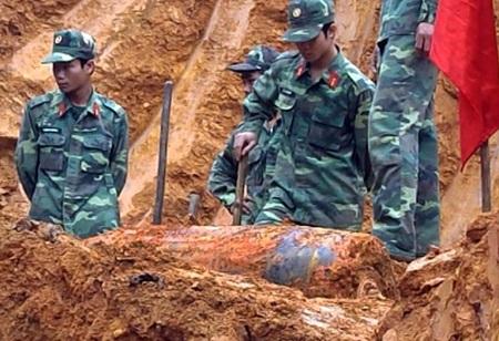 Phát hiện bom Mỹ sau 47 năm chôn vùi dưới lòng đất