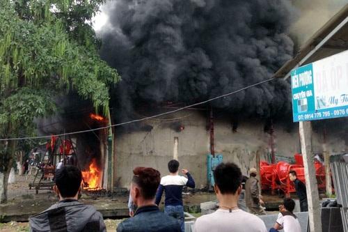 Lửa lan nhanh và khói bốc cao nghi ngút tại đám cháy