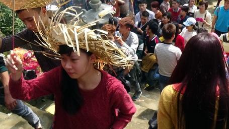 Năm nay BTC chùa Hương đã hạn chế được phần nào tình trạng thắp hương tràn lan gây phản cảm