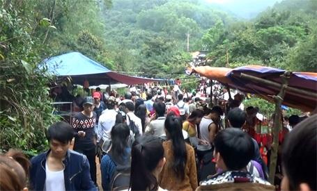 Dòng người đông ngịt ngược lên chùa Hương Tích