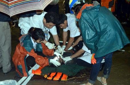 Một thi thể nạn nhân được lượng cứu hộ đưa ra khỏi hiện trường đống đổ nát