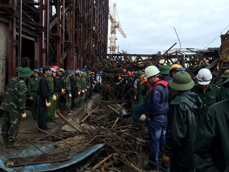 Lực lượng cứu hộ đang tiếp tục đào bới, thu dọn hiện trường để tìm kiếm thi thể nạn nhân còn lại.