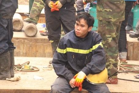 Tranh thủ chợp mắt sau khi đã đưa được các nạn nhân ra khỏi đống đổ nát