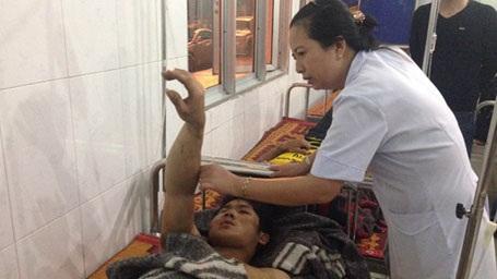 Nạn nhân Đàn đang được BS BVKA kiểm tra lại vết thương ở cánh tay.