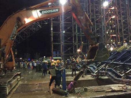 Hình ảnh tại hiện trường cho thấy, các giàn thép đã bị biến dạng sau khi sụp đổ