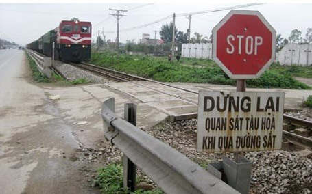Các đường ngang giao đường sắt luôn tiềm ẩn nguy cơ tai nạn.