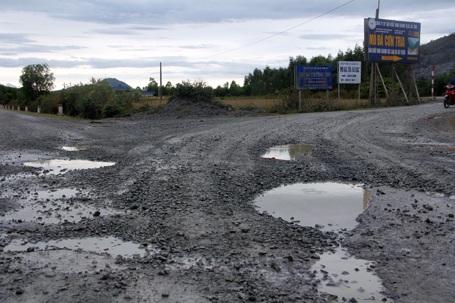 Nhiều đoạn thảm nhựa bị dồn hẳn vào lề đường, hình thành những con chạch hết sức nguy hiểm.