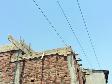 Ngôi nhà xây ngay dưới đường dây điện 10KV gây chết người đã bị đình chỉ thi công