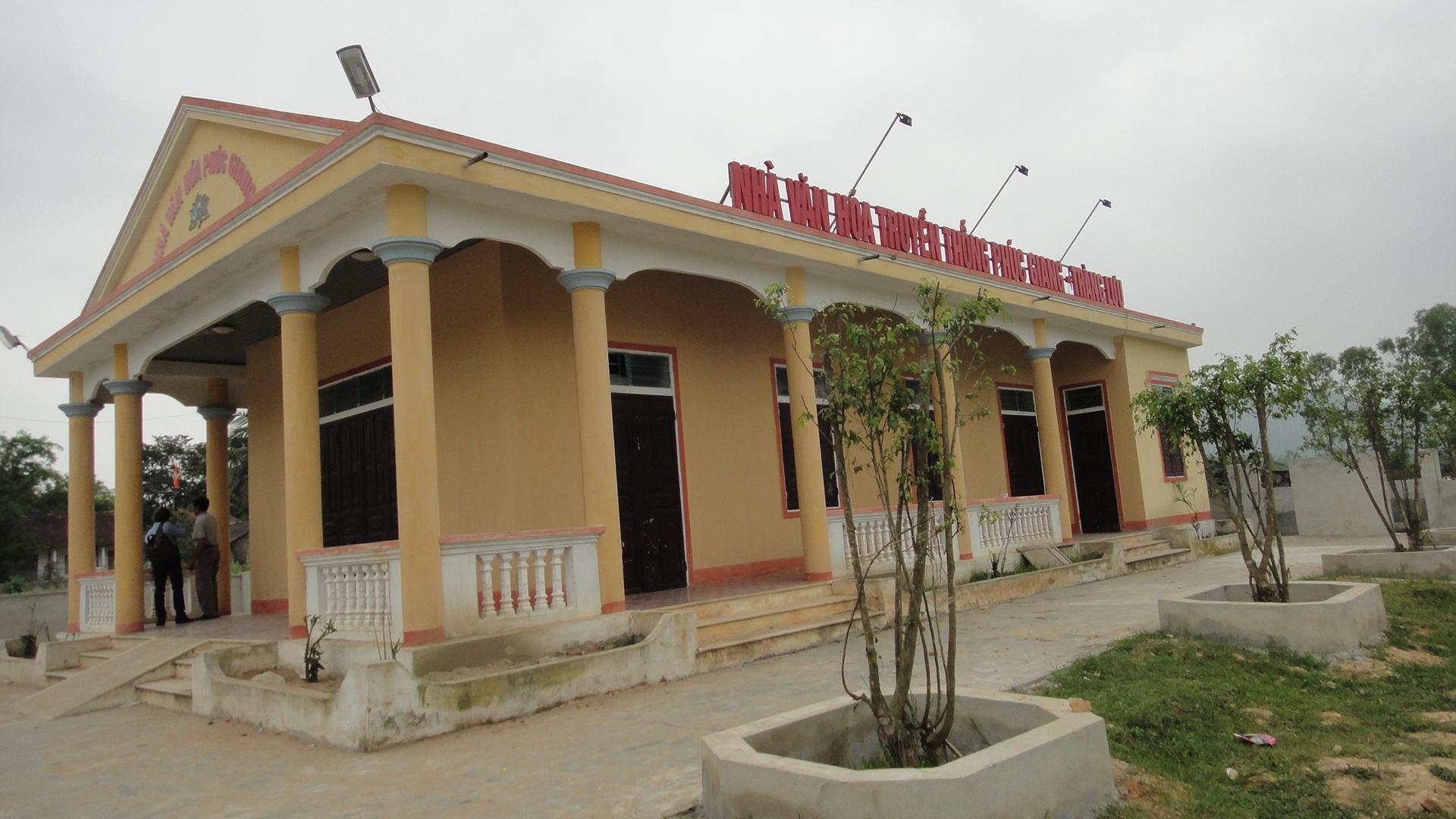 Nhà văn hóa khang trang vừa được xây dựng nhờ công lớn đóng góp của con cháu trong làng