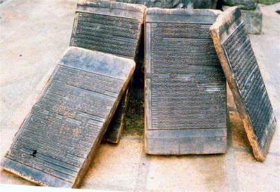 Những bản khắc gỗ dùng để dạy học đang được lưu giữ ở làng.(ảnh L.Đ.D)