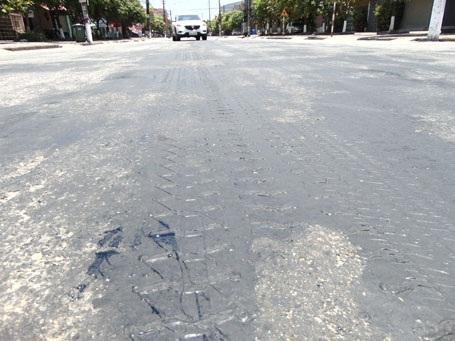 Hằn bánh xe in rõ trên đoạn đường bị chảy nhựa