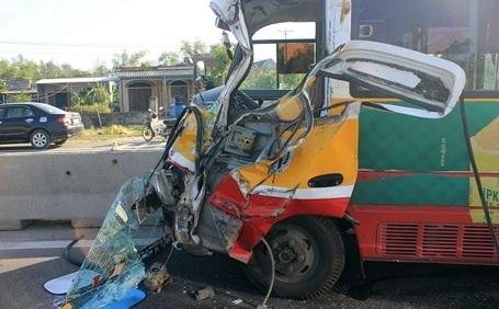 Đầu xe buýt nát bép sau khi đâm xe tải