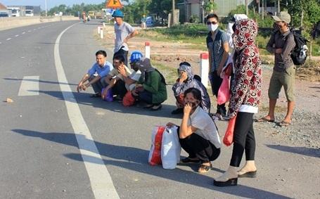 Nhiều hành khách hoảng loạn nhanh chóng rời xe buýt (ảnh: T.Hùng)