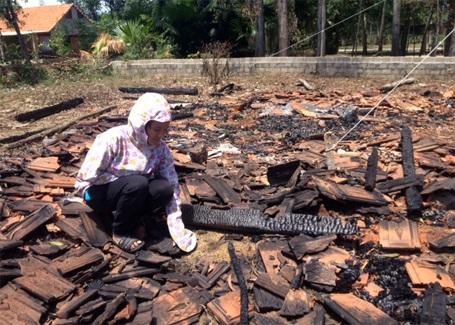 Nhà bị cháy nên cô bé Thanh Phượng hiện đang phải sống nhờ bà con lối xóm