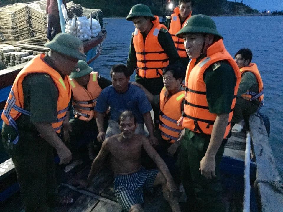 Cả 5 ngư dân gặp nạn trên biển đều được cứu sống kịp thời (ảnh Biên phòng cung cấp)