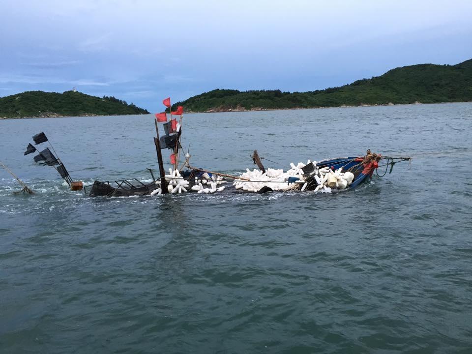 Lốc nhấn chìm thuyền giữa biển, 5 ngư dân được cứu sống