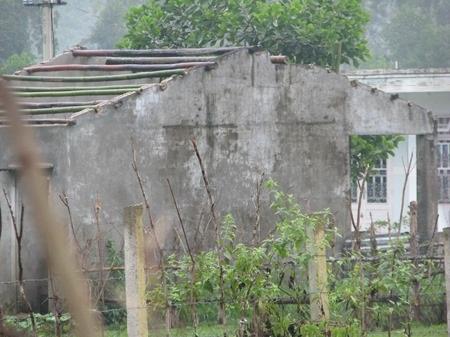 Mái tôn cũng bay luôn, nhà không cửa