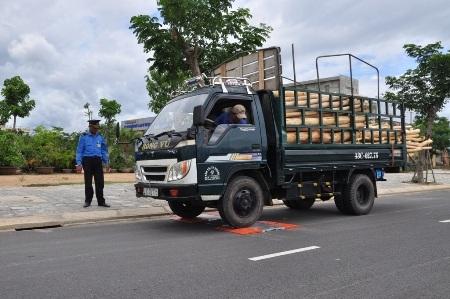 Lực lượng chức năng kiểm tra xe quá tải
