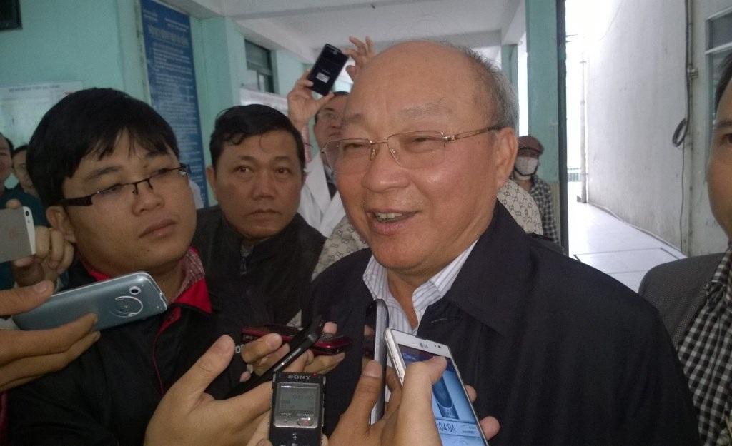 Ông Nguyễn Quốc Triệu trả lời báo chí sau buổi hội chẩn