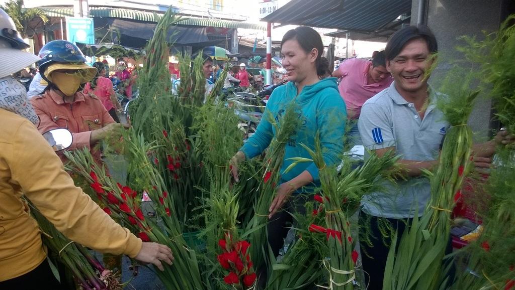 Hàng hoa ly nhộn nhịp khách trong phiên chợ ngày cuối năm