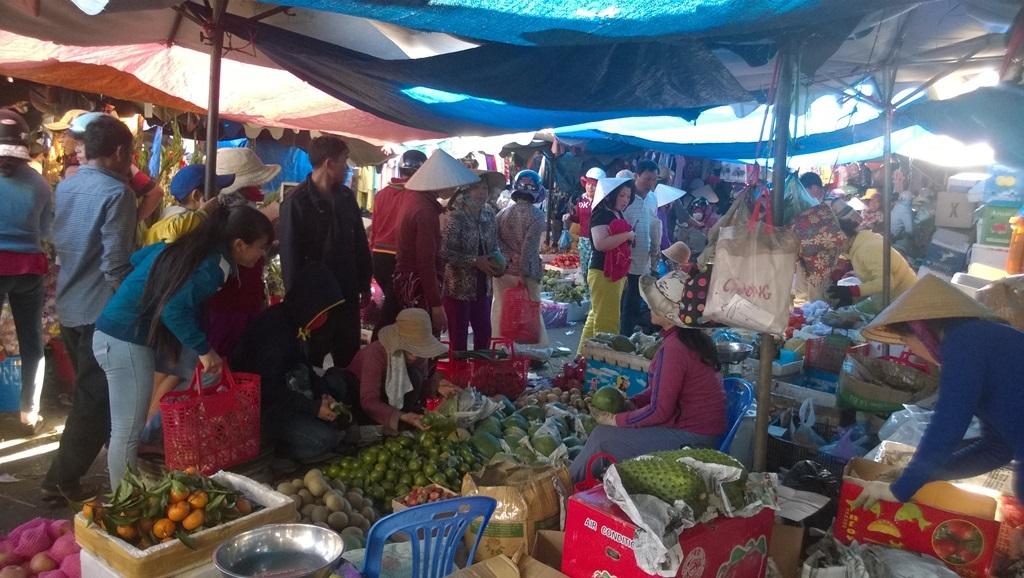 Hàng trái cây đông người mua