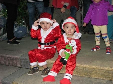 Hai em nhỏ được bố mẹ cho đi chơi Noel