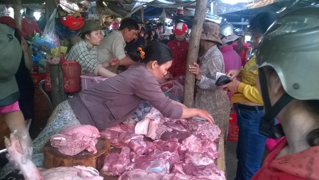 Hàng thịt cũng nhộn nhịp không kém