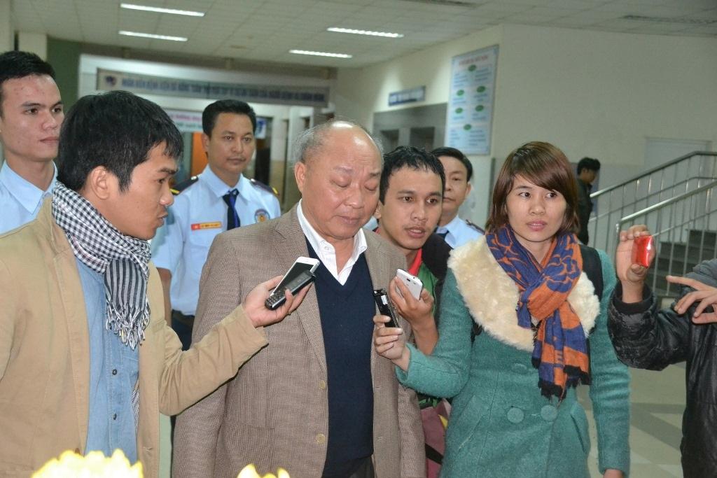 Ông Triệu trả lời báo chí về tình hình sức khỏe ông Nguyễn Bá Thanh sau hội chẩn tối qua.